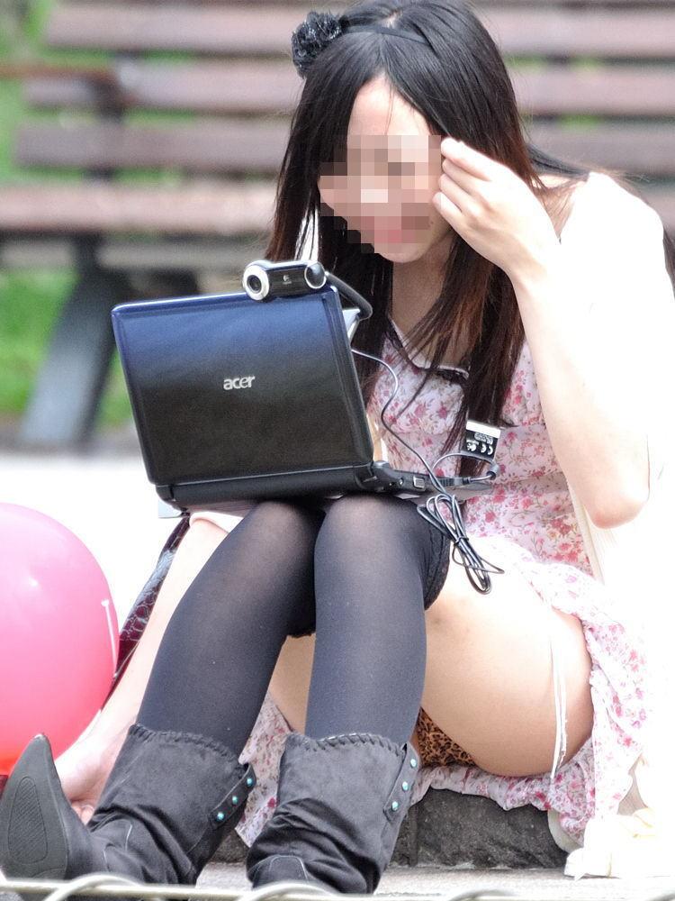 太腿の間から下着がチラ見えしちゃってる女の子 (12)