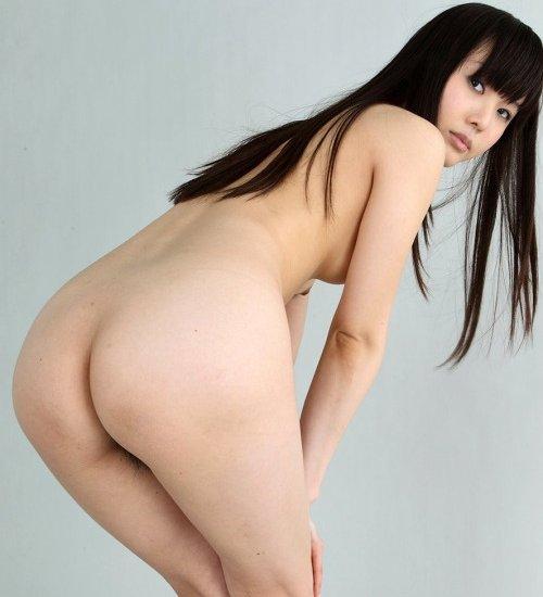 美尻を思う存分堪能できる、ヌード美女のバックショット