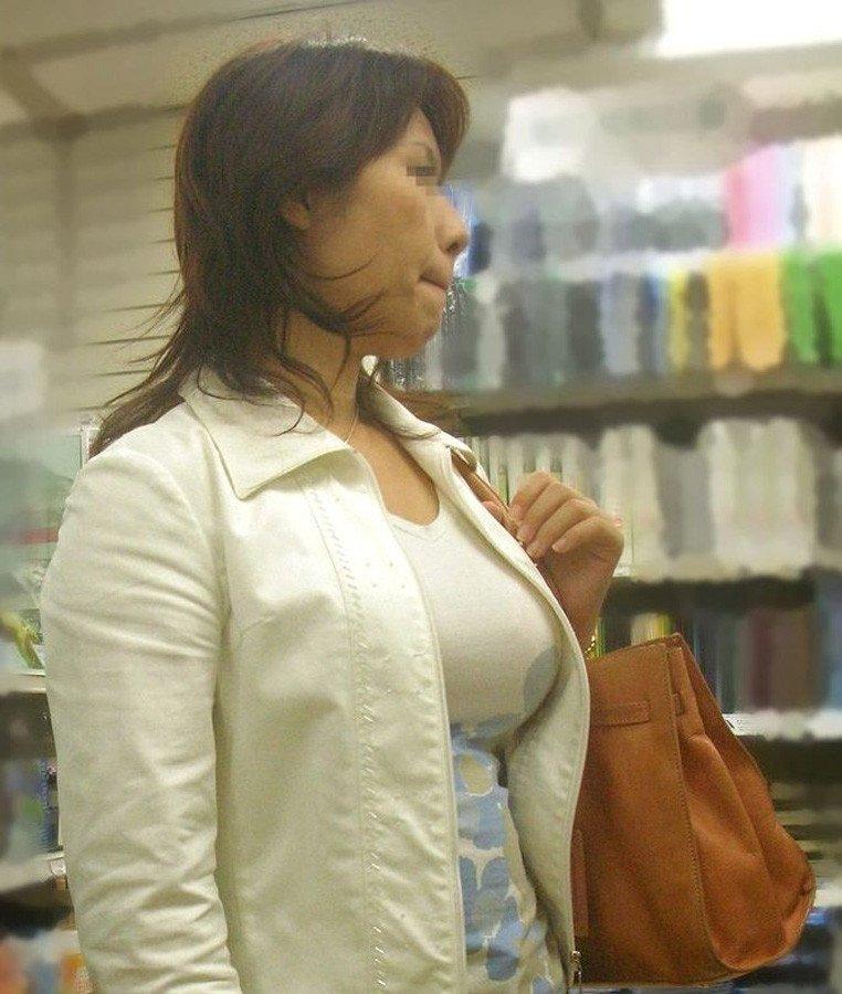デカすぎる乳房が目立って仕方が無い (17)