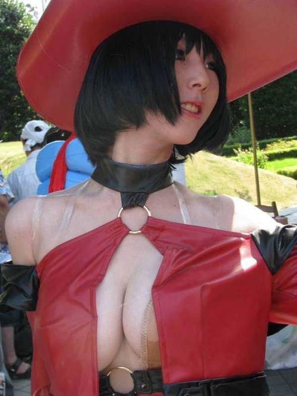 デカい乳房を見せつけてくる衣装の女の子 (3)