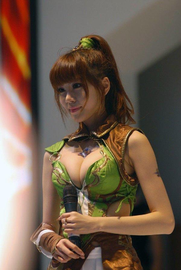 デカい乳房を見せつけてくる衣装の女の子 (7)