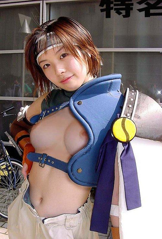 コスチュームを脱いで乳房を丸出しにしちゃう (9)