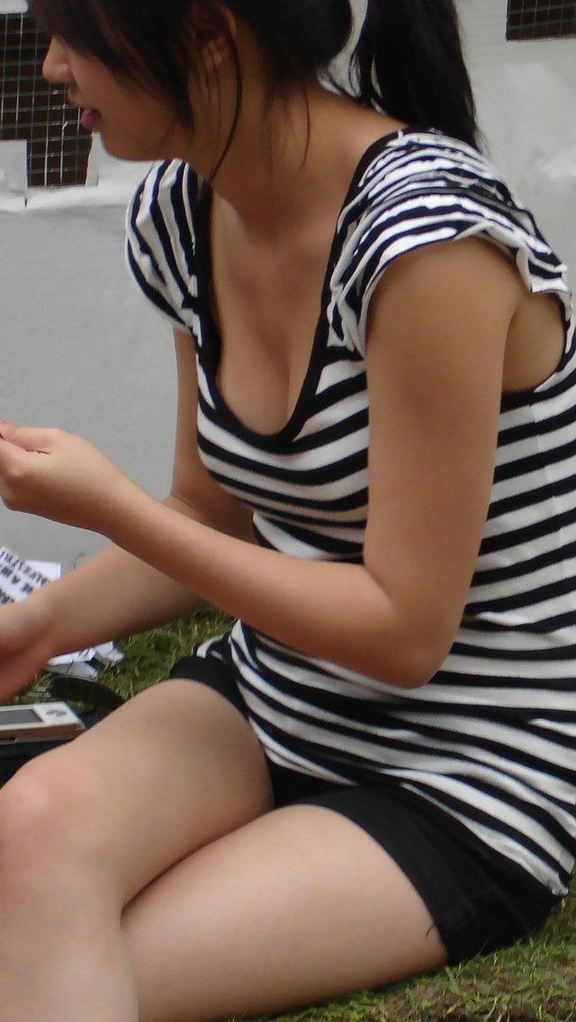 デカい乳房が胸元からチラ見えしてる女の子 (14)