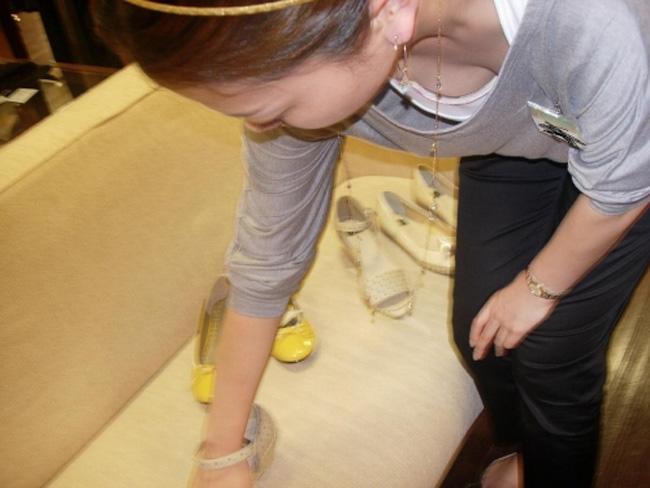 商品に集中して、おっぱいが疎かになってる女の子 (5)