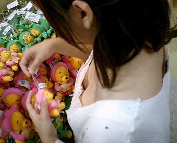 商品に集中して、おっぱいが疎かになってる女の子 (6)