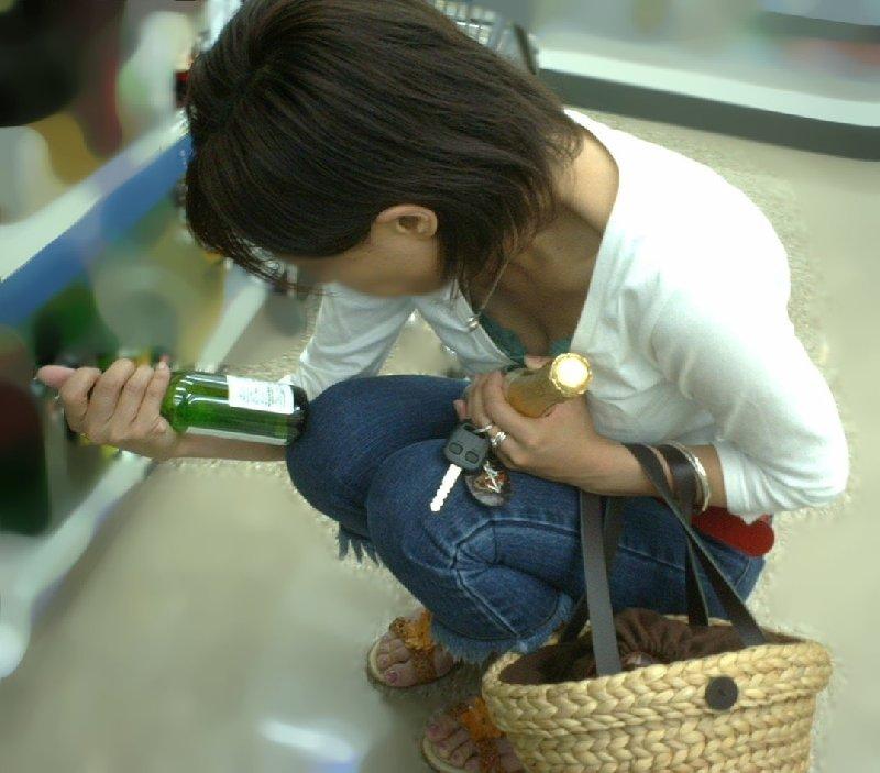 商品に集中して、おっぱいが疎かになってる女の子 (10)