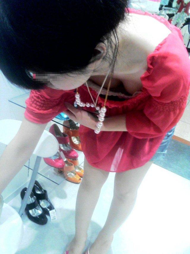 商品に集中して、おっぱいが疎かになってる女の子 (20)