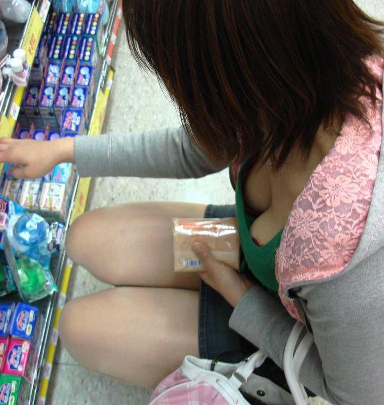 商品に集中して、おっぱいが疎かになってる女の子 (17)
