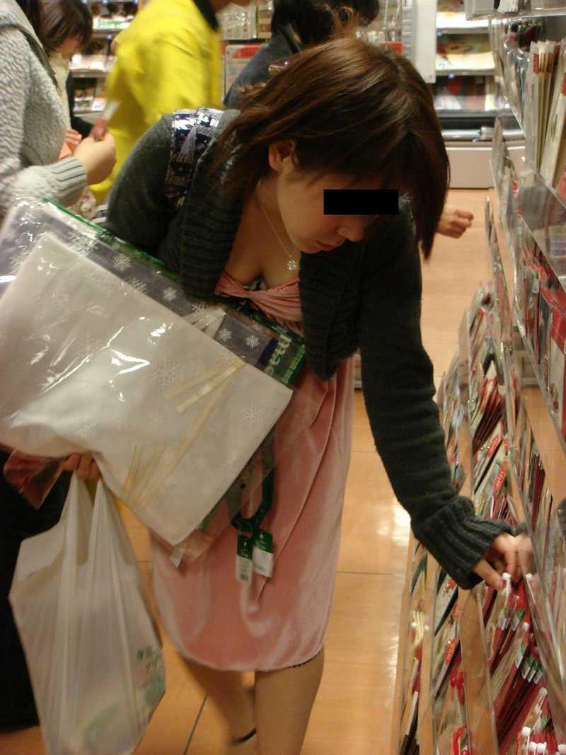 商品に集中して、おっぱいが疎かになってる女の子 (14)