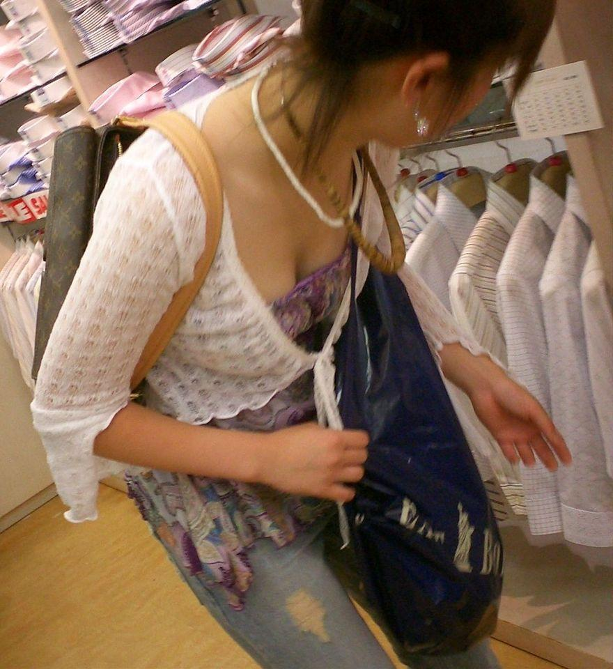 商品に集中して、おっぱいが疎かになってる女の子 (19)