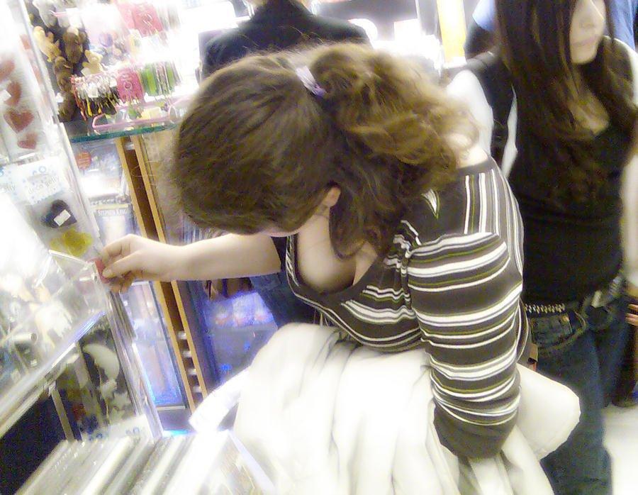 商品に集中して、おっぱいが疎かになってる女の子 (9)