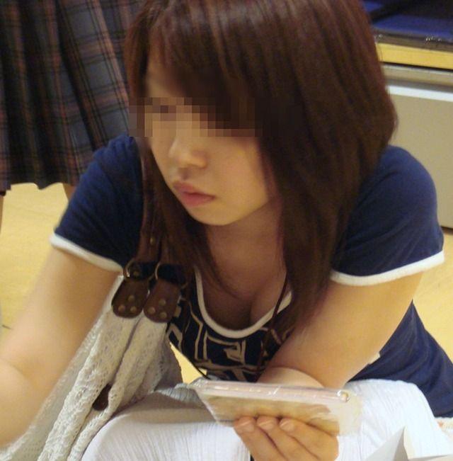 商品に集中して、おっぱいが疎かになってる女の子 (2)