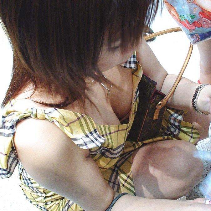 商品に集中して、おっぱいが疎かになってる女の子 (1)