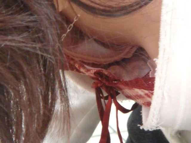 乳頭までもが見えている胸チラのハプニング (10)