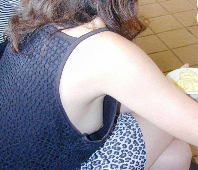 乳頭までもが覗けてしまった洋服の隙間 (17)