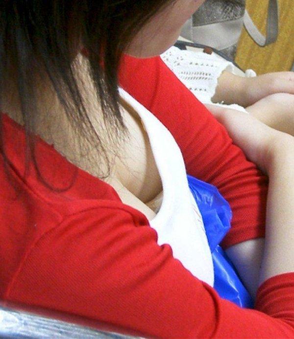 シートに座っている女の子の胸元からオッパイが見える (16)