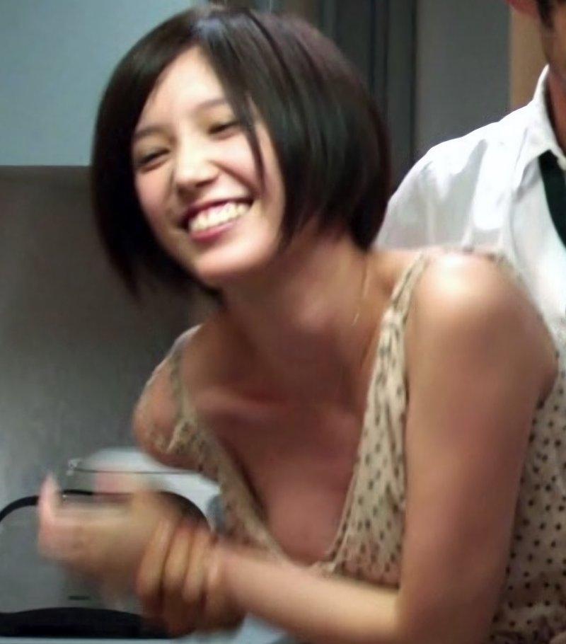 女優・アイドル・女子アナなど、TVで胸チラしちゃう女性たち