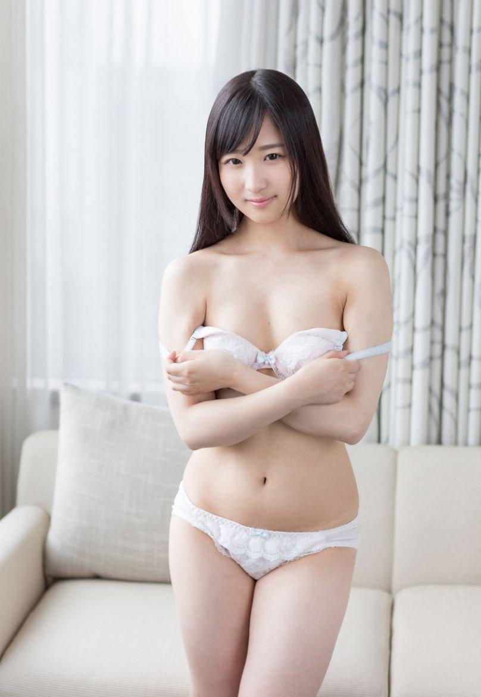 可愛い顔して美味しそうにチ●コを舐める、栄川乃亜 (2)