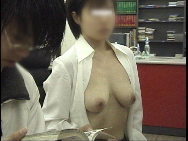 お店に入っても露出狂は洋服を脱いじゃう (10)