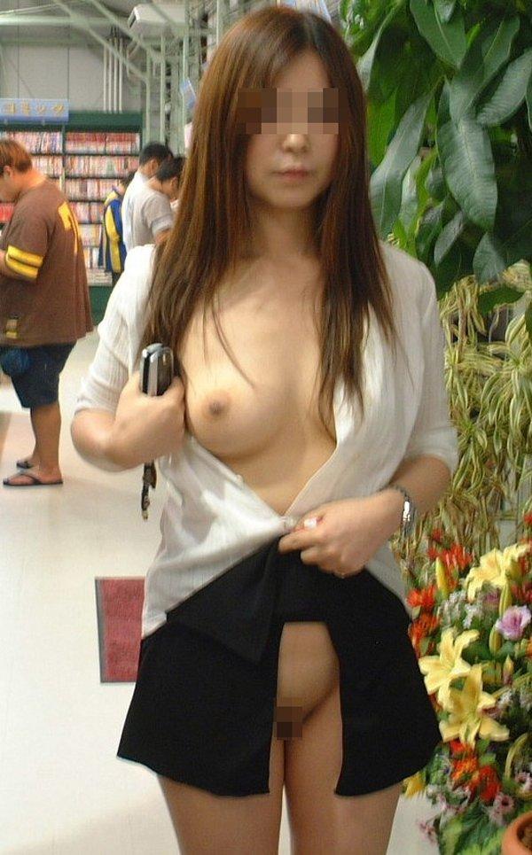 お店に入っても露出狂は洋服を脱いじゃう (13)