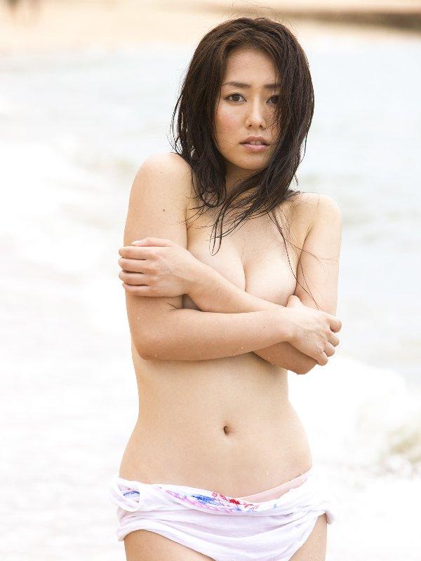乳頭隠して乳房は出しちゃうアイドルたち (10)
