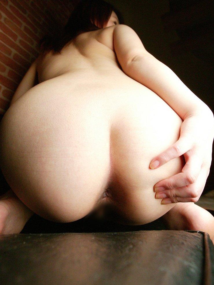 ヒップを突き出したせいで、尻の穴まで見えている女の子 (11)