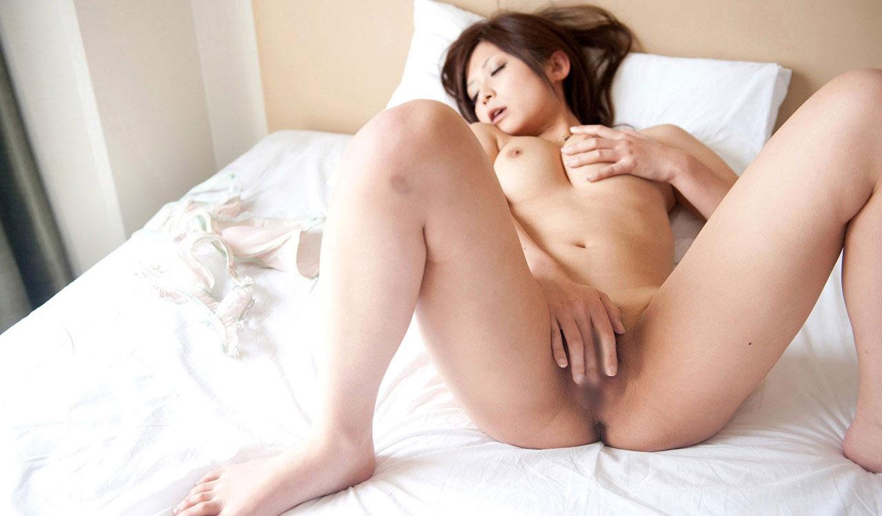 股間を激しく刺激してマスターベーションする女の子 (10)