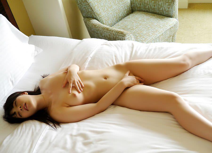 股間を激しく刺激してマスターベーションする女の子 (8)