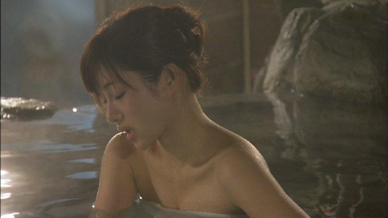 女優やグラドルが露天風呂に入っているセクシー場面 (19)