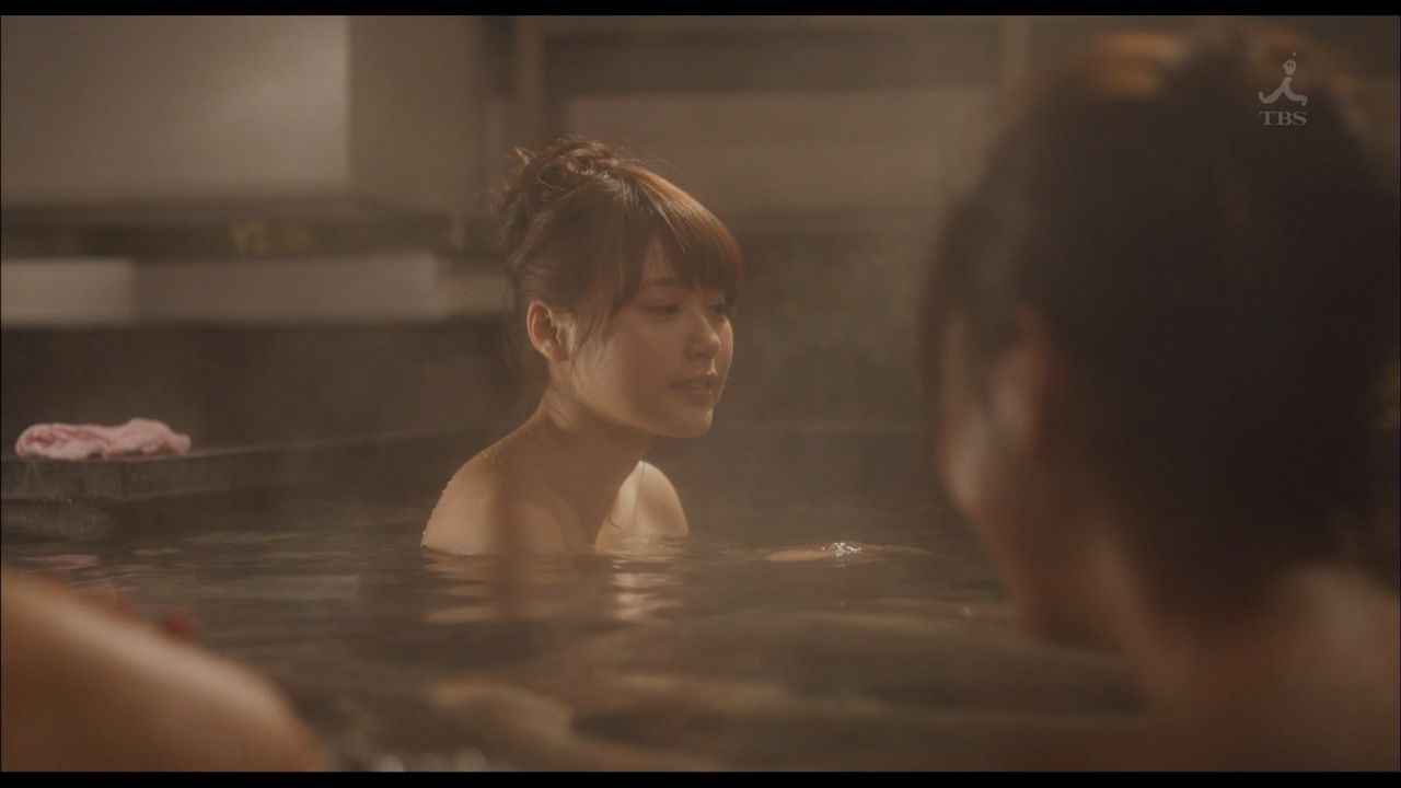 女優やグラドルが露天風呂に入っているセクシー場面 (4)