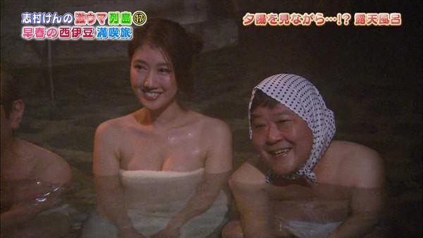 女優やグラドルが露天風呂に入っているセクシー場面 (5)