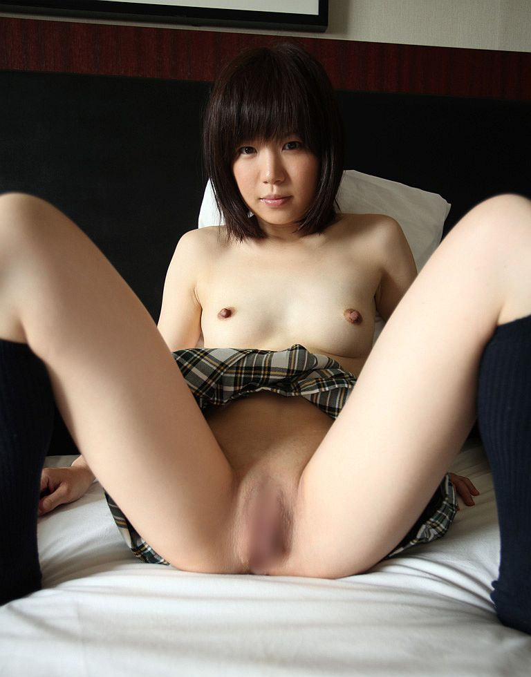 大きく脚を開いて、陰部まで丸出しにしちゃう女の子 (12)