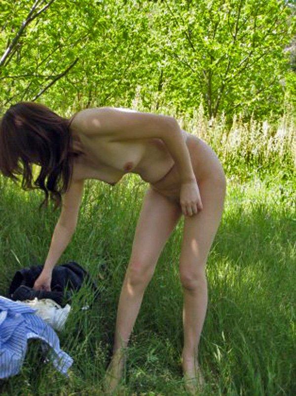 屋外で脱衣してると誰かに見られちゃった女の子 (13)