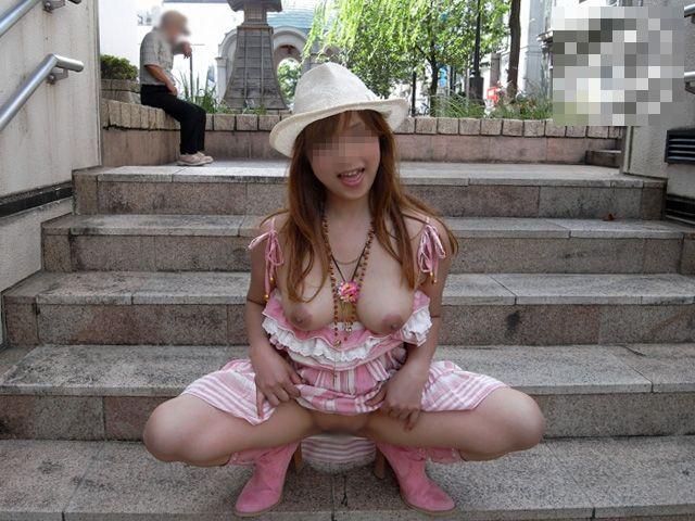 屋外なのに素っ裸になる性癖の女の子 (19)