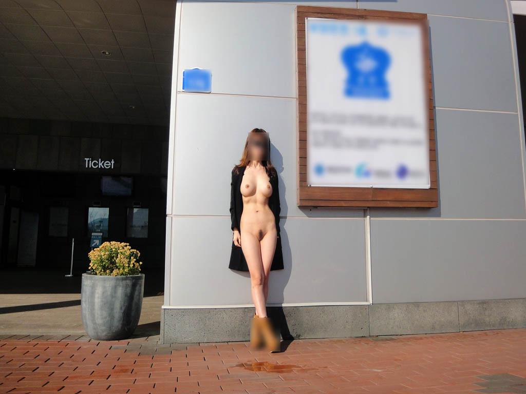 屋外なのに素っ裸になる性癖の女の子 (8)