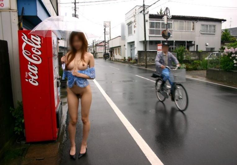 屋外なのに素っ裸になる性癖の女の子 (6)