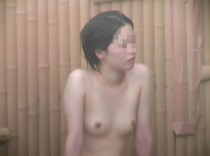 温泉に素っ裸で入る所を見られちゃった (14)