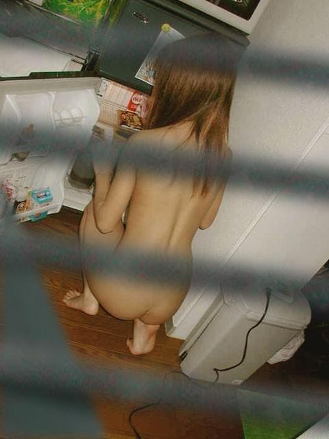 風呂場や部屋の中で寛ぐ全裸の子が見えちゃった (10)