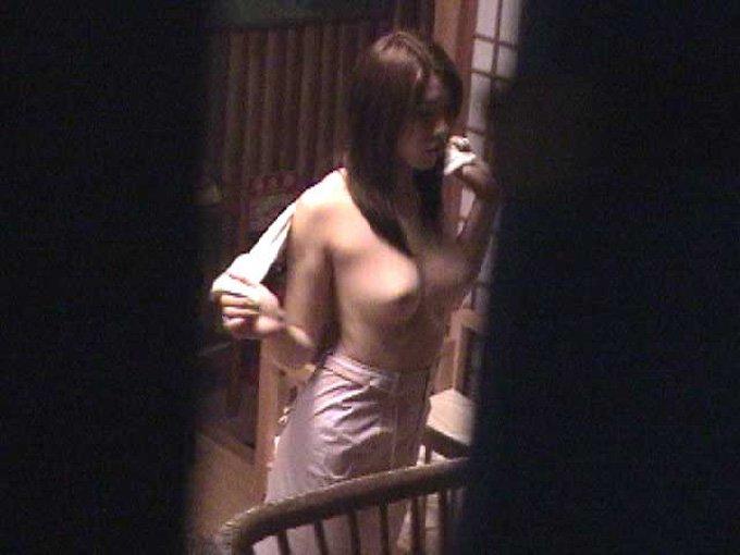 風呂場や部屋の中で寛ぐ全裸の子が見えちゃった (14)