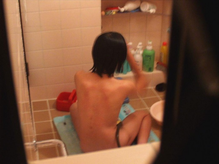 風呂場や部屋の中で寛ぐ全裸の子が見えちゃった (12)