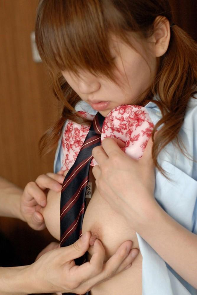 乳頭を摘んで刺激されると気持ち良い女の子 (6)