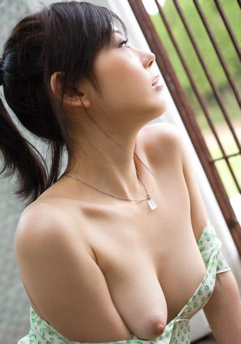 長い髪を後ろで結んでヌードになる可愛い女の子 (8)