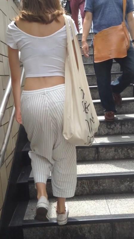 下着が透けているのに街を歩く女の子 (4)