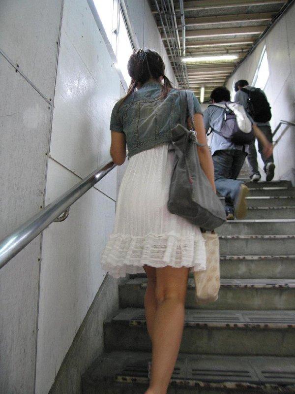 下着が透けているのに街を歩く女の子 (10)