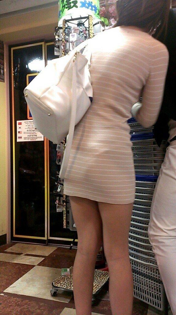 下着が透けているのに街を歩く女の子 (19)