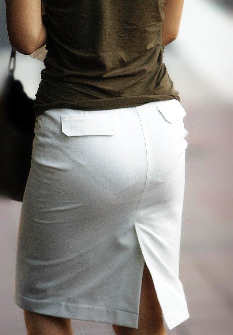 下着が透けているのに街を歩く女の子 (14)