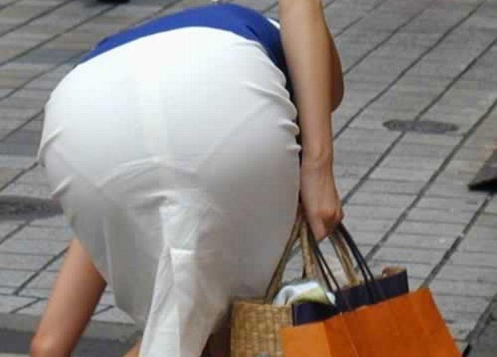 下着が透けているのに街を歩く女の子 (7)