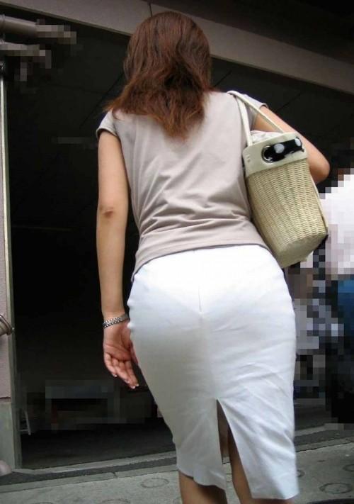 下着の模様まで見えちゃうくらいに透けてる (8)