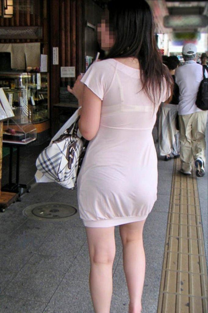 下着の模様まで見えちゃうくらいに透けてる (11)