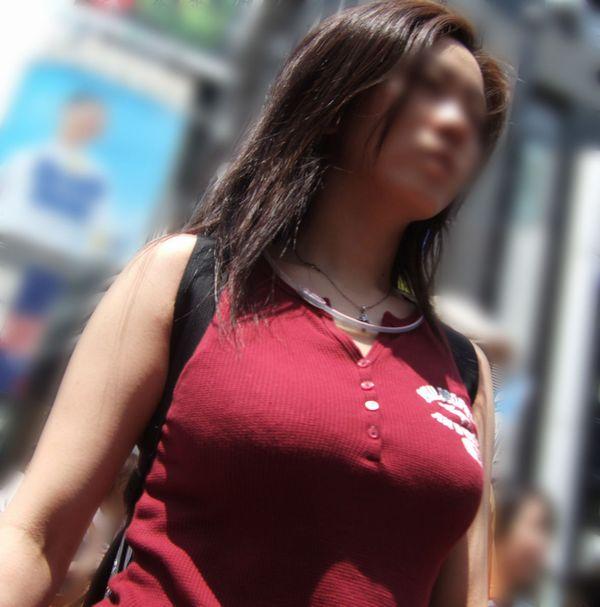 爆乳を揺らして歩く女の子を観察してみる (2)
